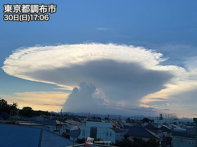 【気象】東京など関東南部で「かなとこ雲」が目撃される(8/30)空高く限界まで発達した積乱雲